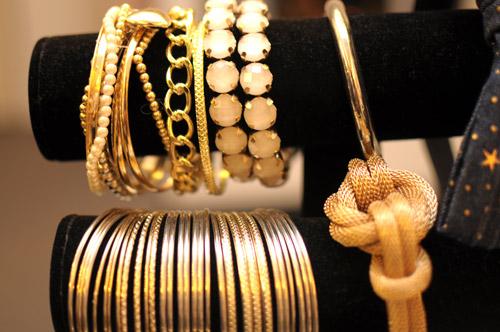 Những vòng tay lấp lánh ánh vàng ở Alek.P